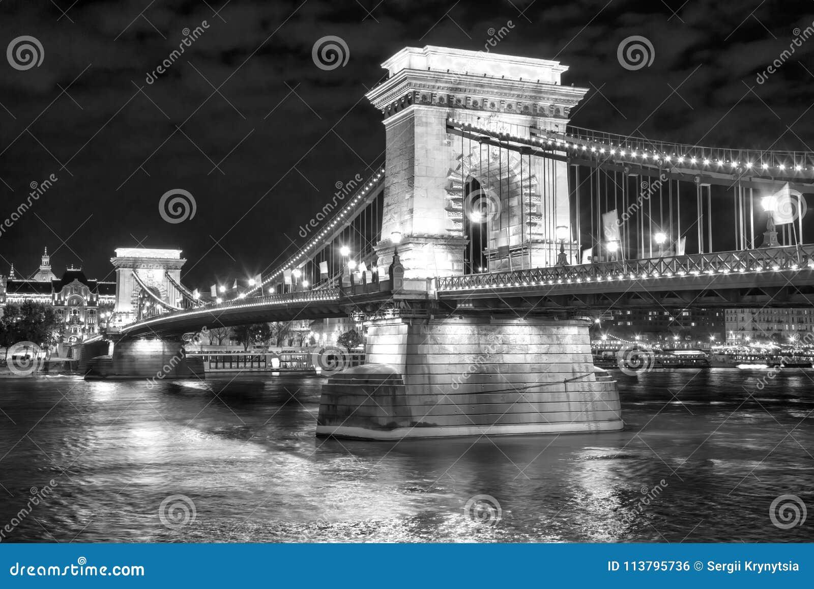 Toneelnachtmening van Kettingsbrug in Boedapest, Hongarije