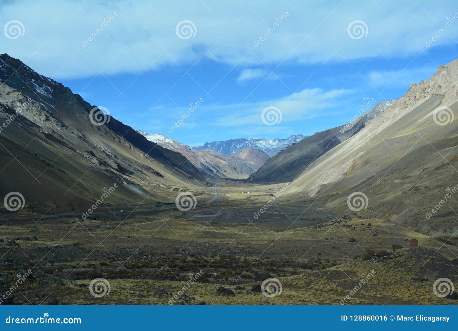 Toneelweg in de Bergen van de Andes tussen Chili en Argentinië