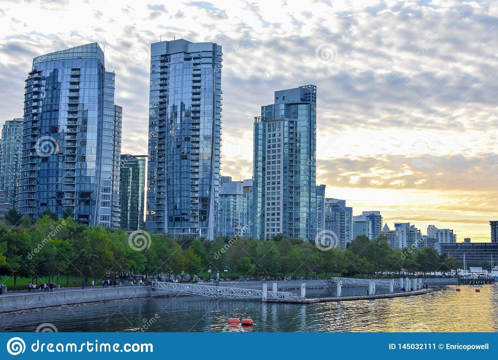 Toneelzonsondergang achter de horizon te de waterkant in Vancouver van de binnenstad