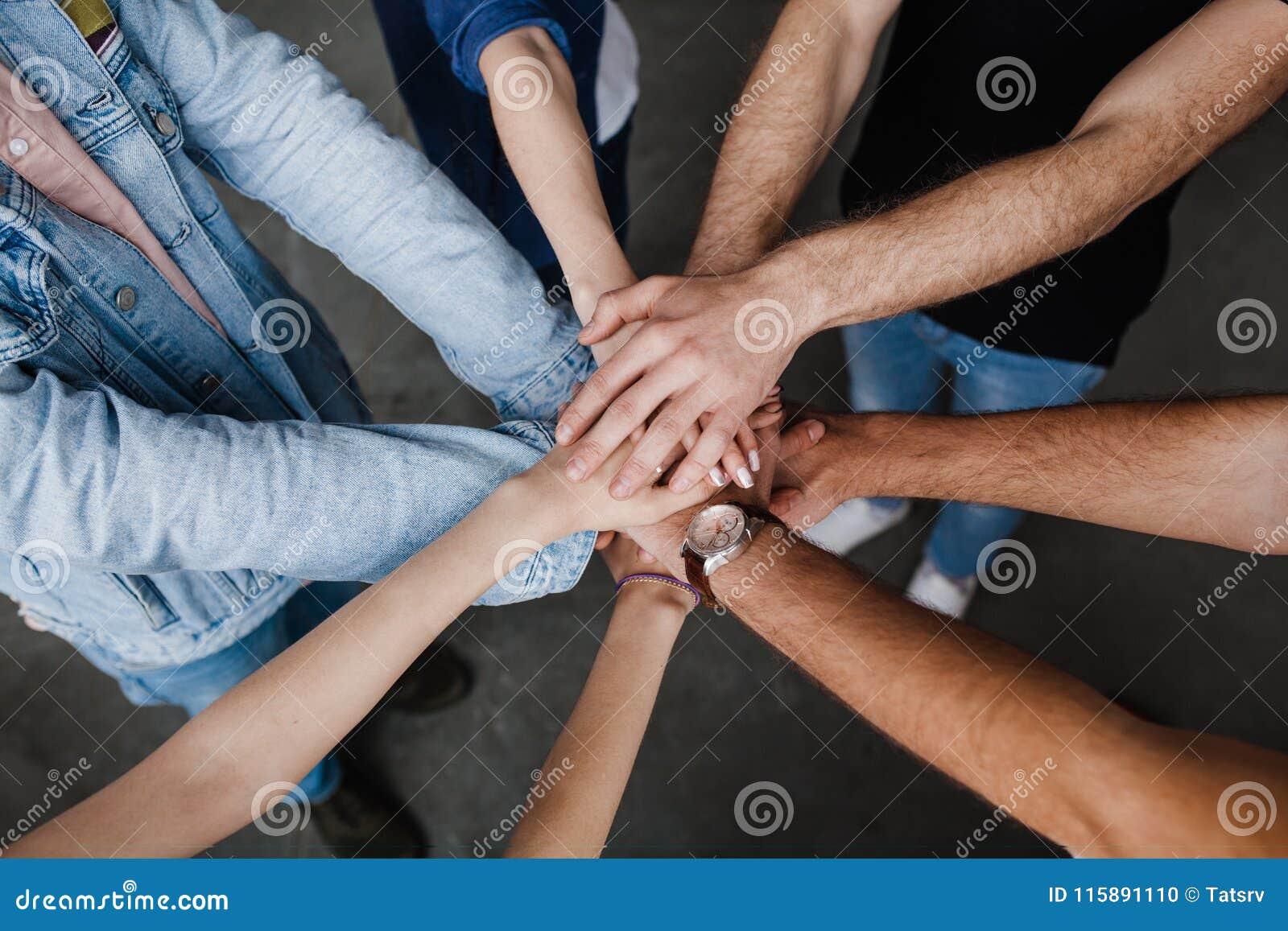 Tonen de team gezette handen samen, verbinding en alliantie, Teambuilding in bureau, jonge zakenlieden en vrouwen in toevallig