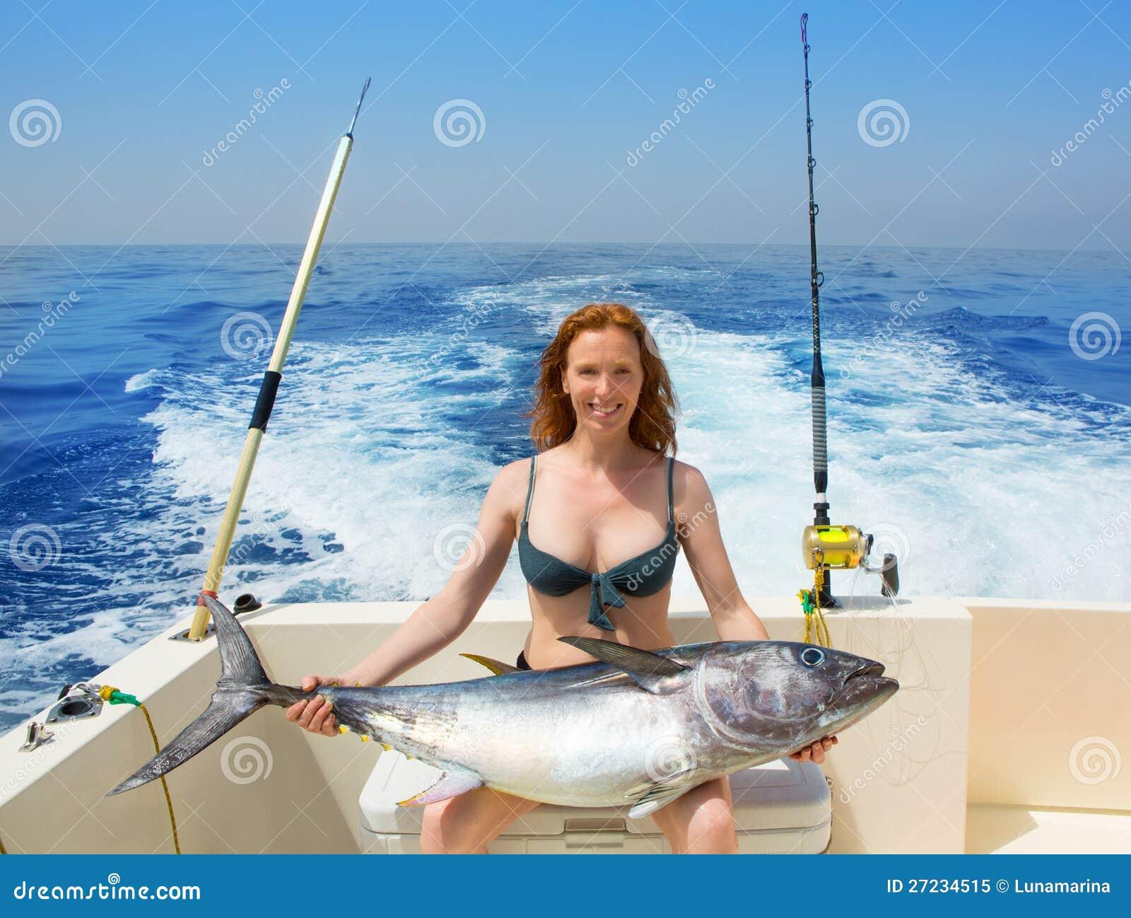 Tonfisk för bluefin för holding för bikinifisherkvinna på fartyget