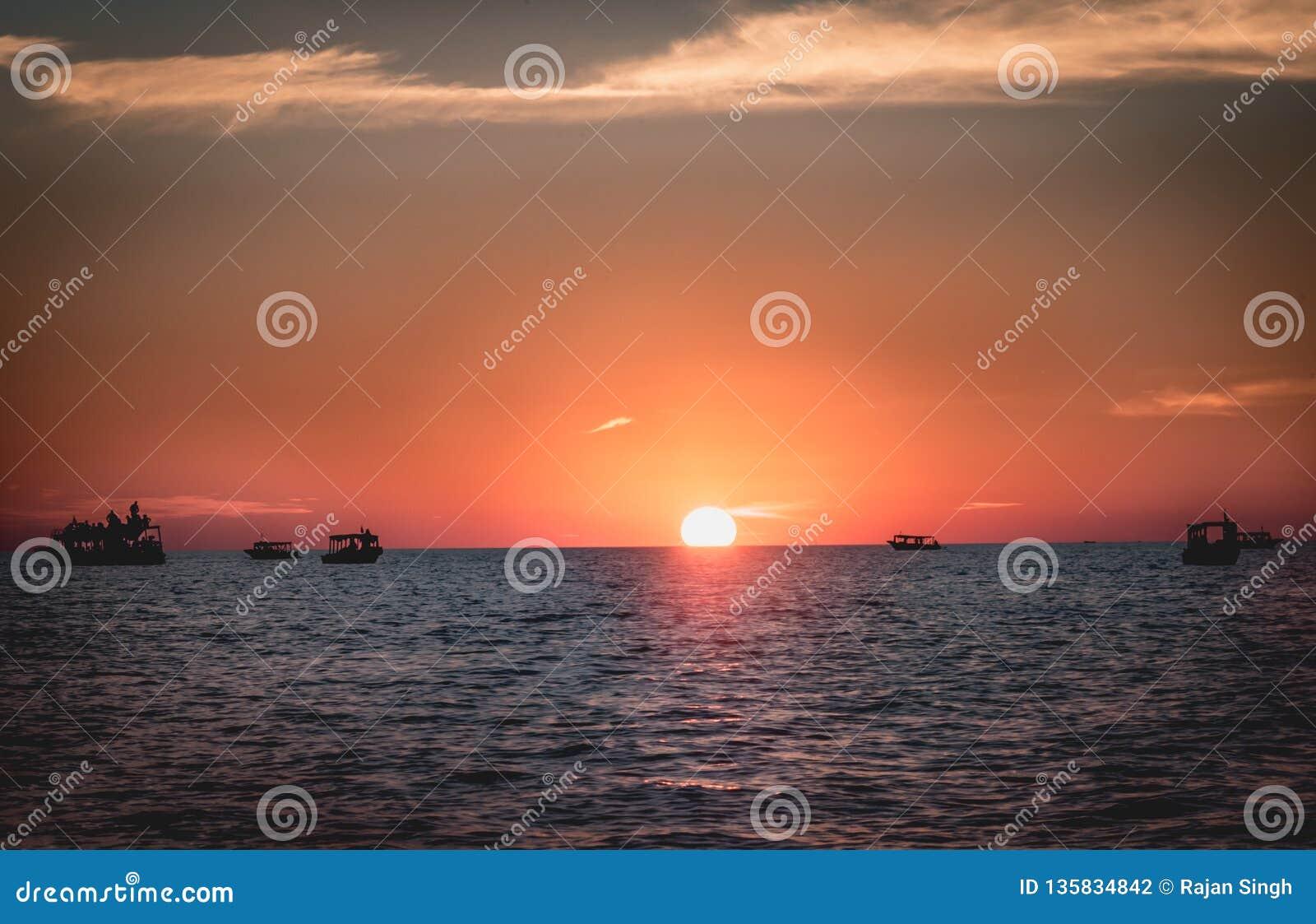 Tonięcia słońce - piękny widok podczas zmierzchu