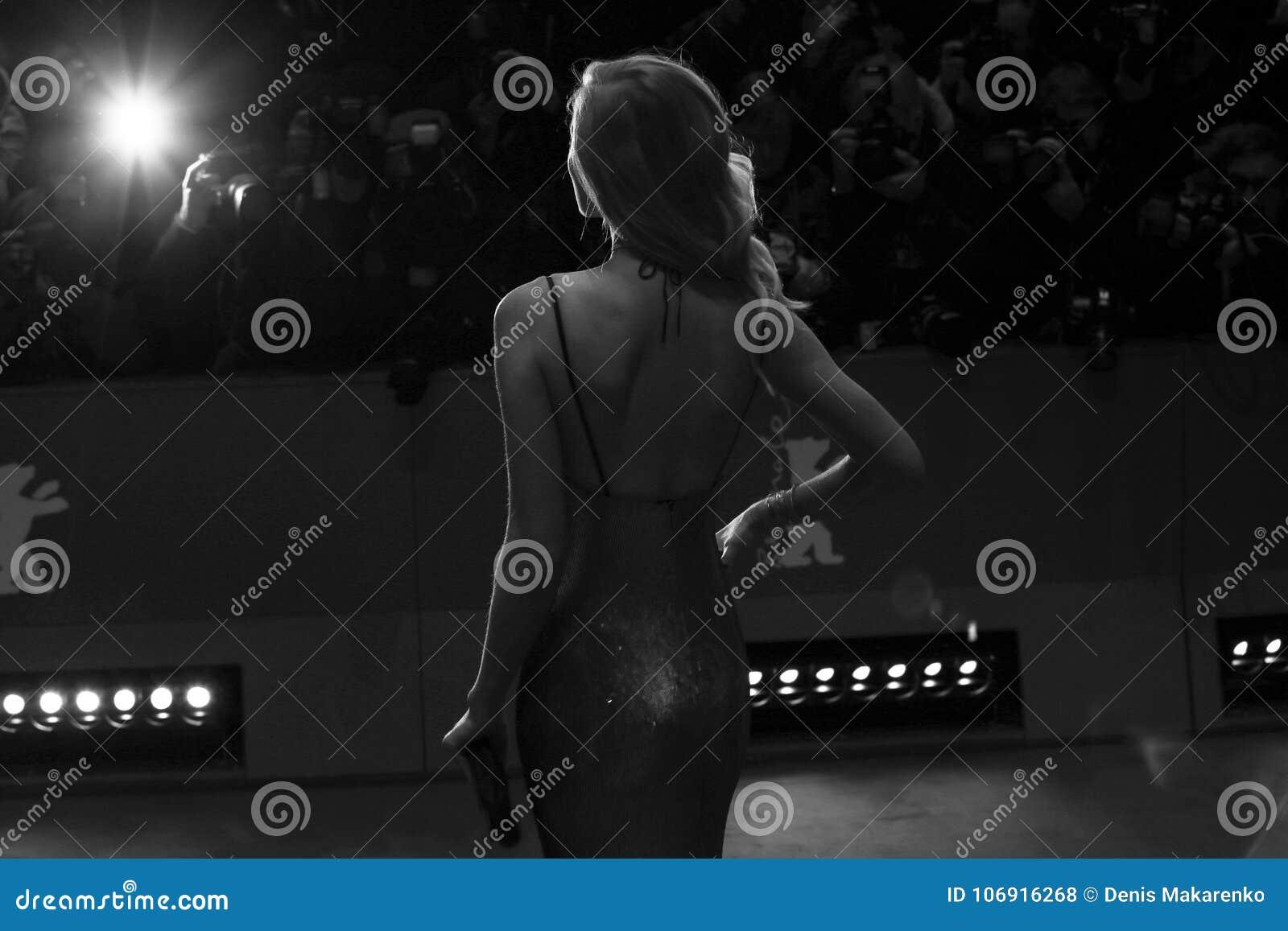Toni Garrn pozy na czerwonym chodniku