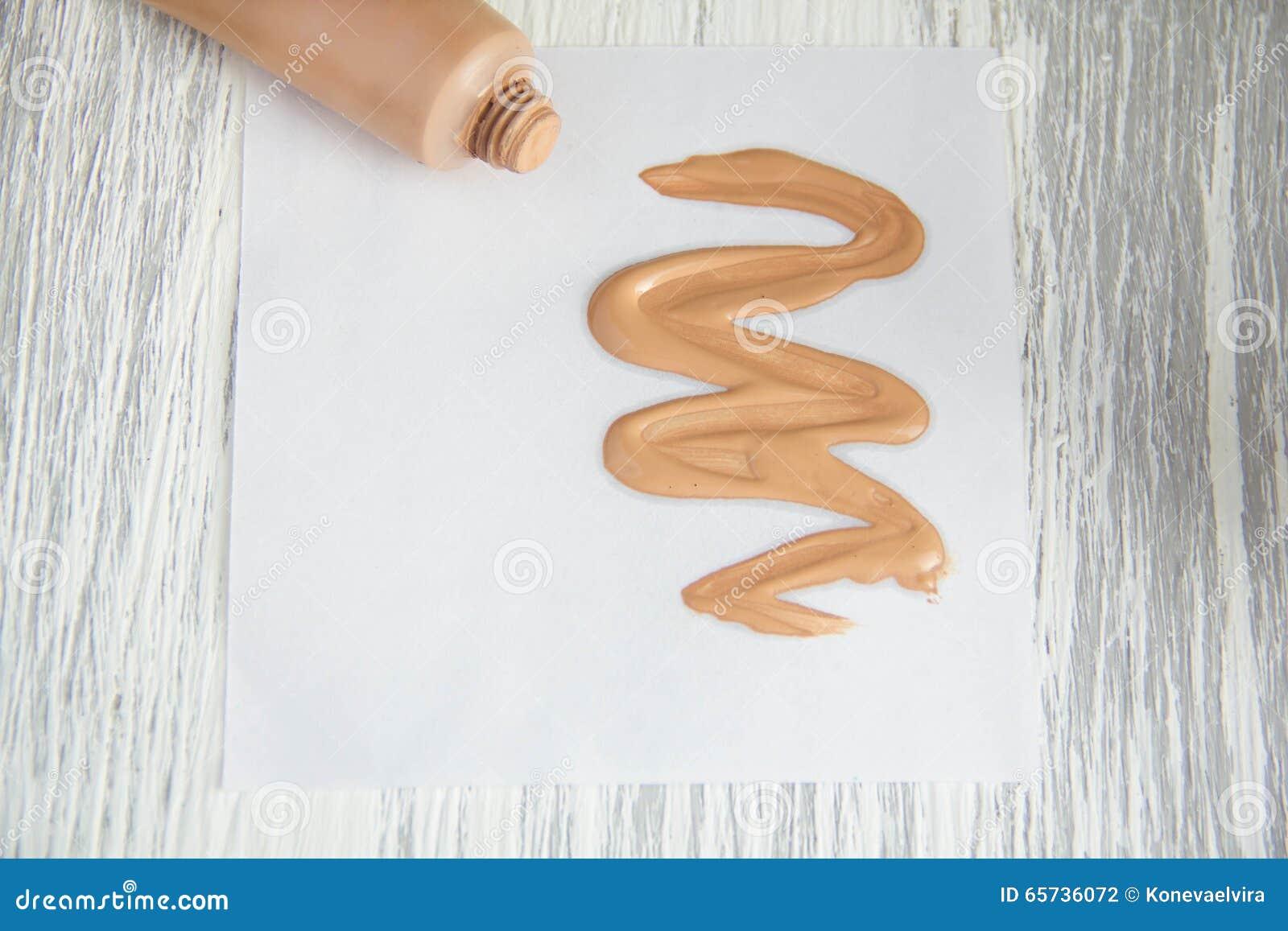 Tonifique a amostra cosmética de creme do tubo de fundação líquida