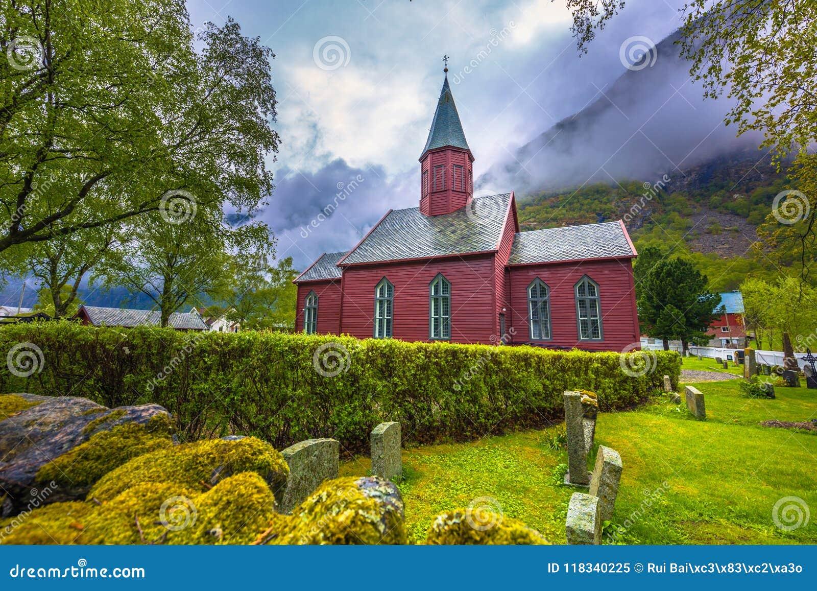 Tonjum, Noorwegen - Mei 14, 2017: Rode kerk van Tonjum-dorp, noch