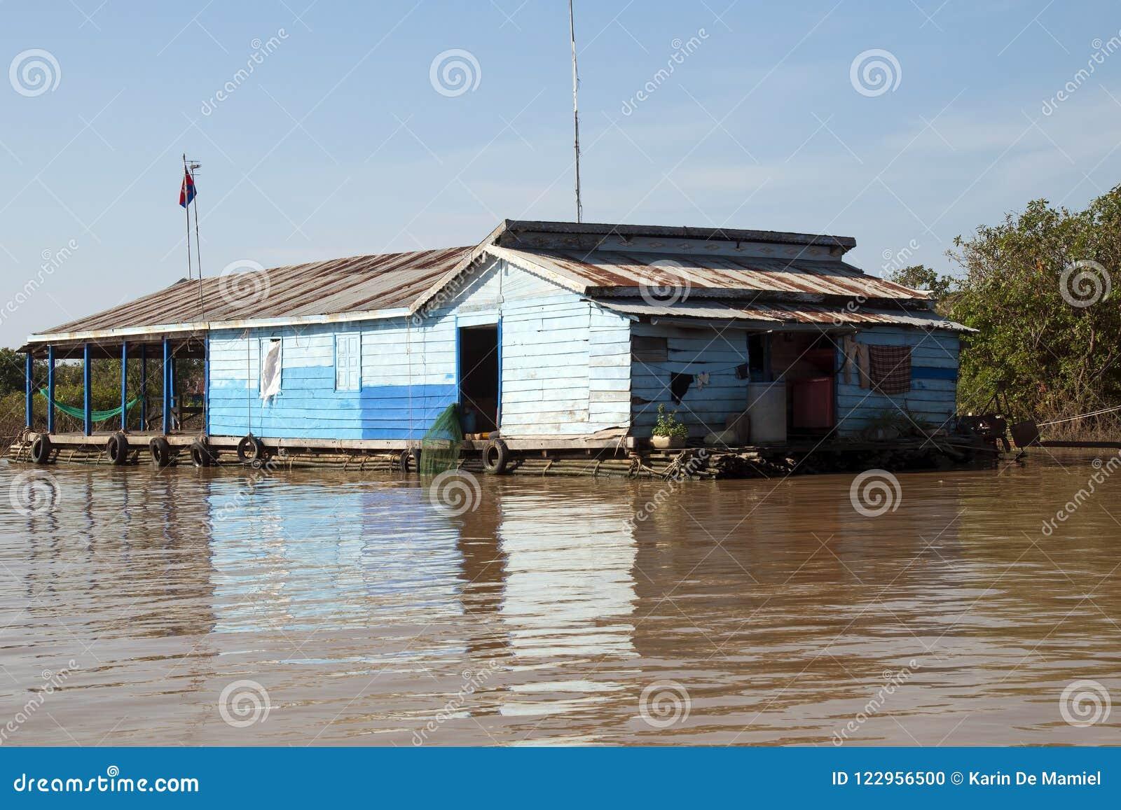Tonle underminerar sjön, traditionell husbåt på skattskyldigt