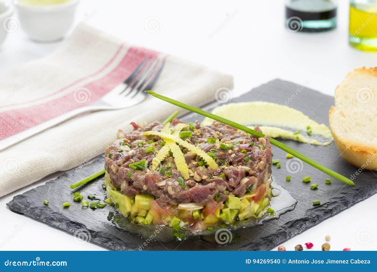Piatti Cucina In Ardesia : Tonno rosso tartaro su un piatto nero dell ardesia con l avocado