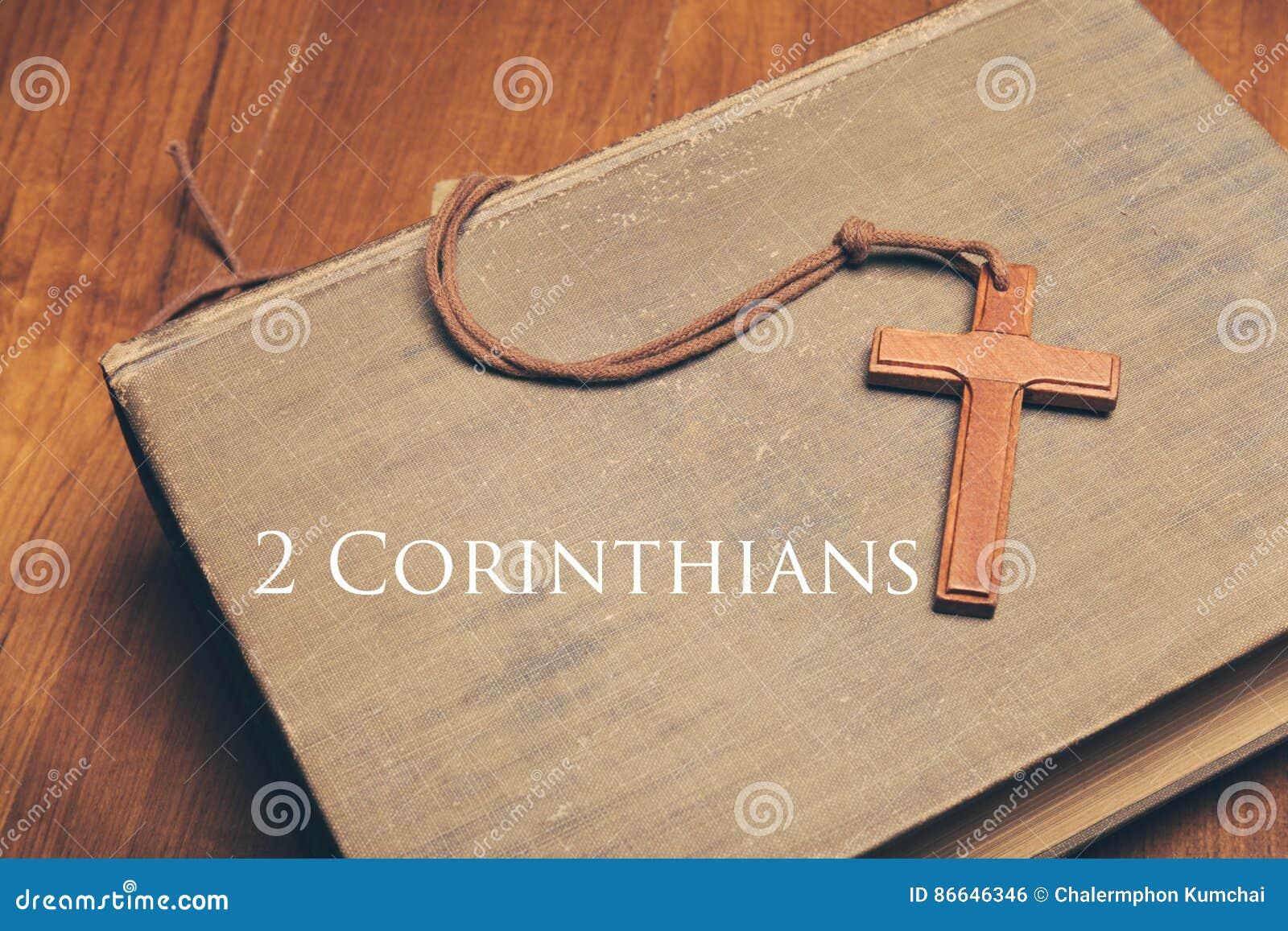 Tono del vintage del collar cruzado cristiano de madera en los wi de la Sagrada Biblia