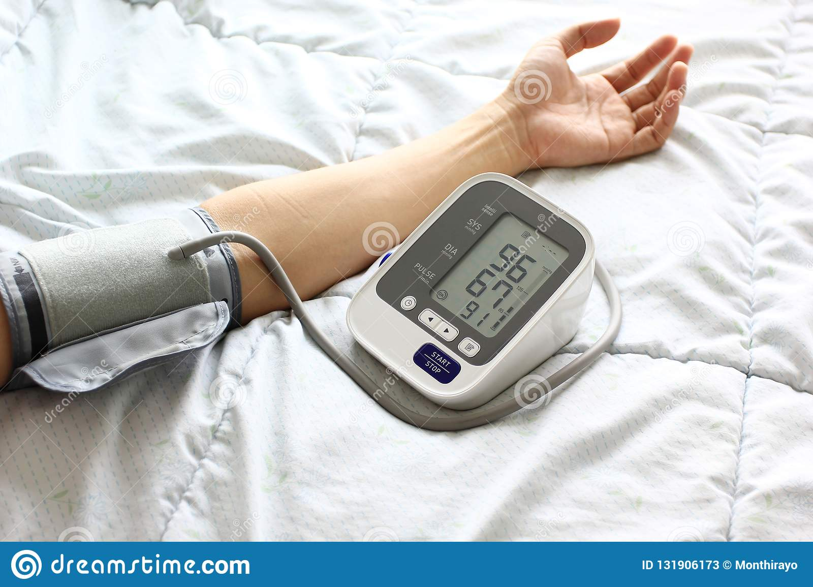 Tonometer médico para a pressão sanguínea de medição do paciente masculino