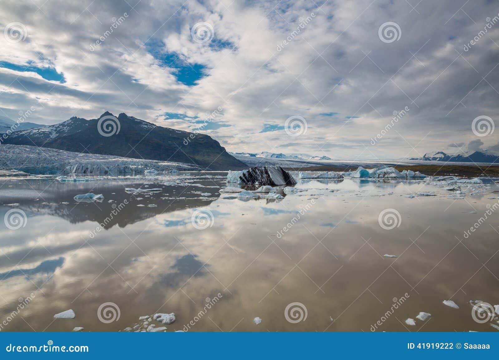 Tonque y montañas del glaciar