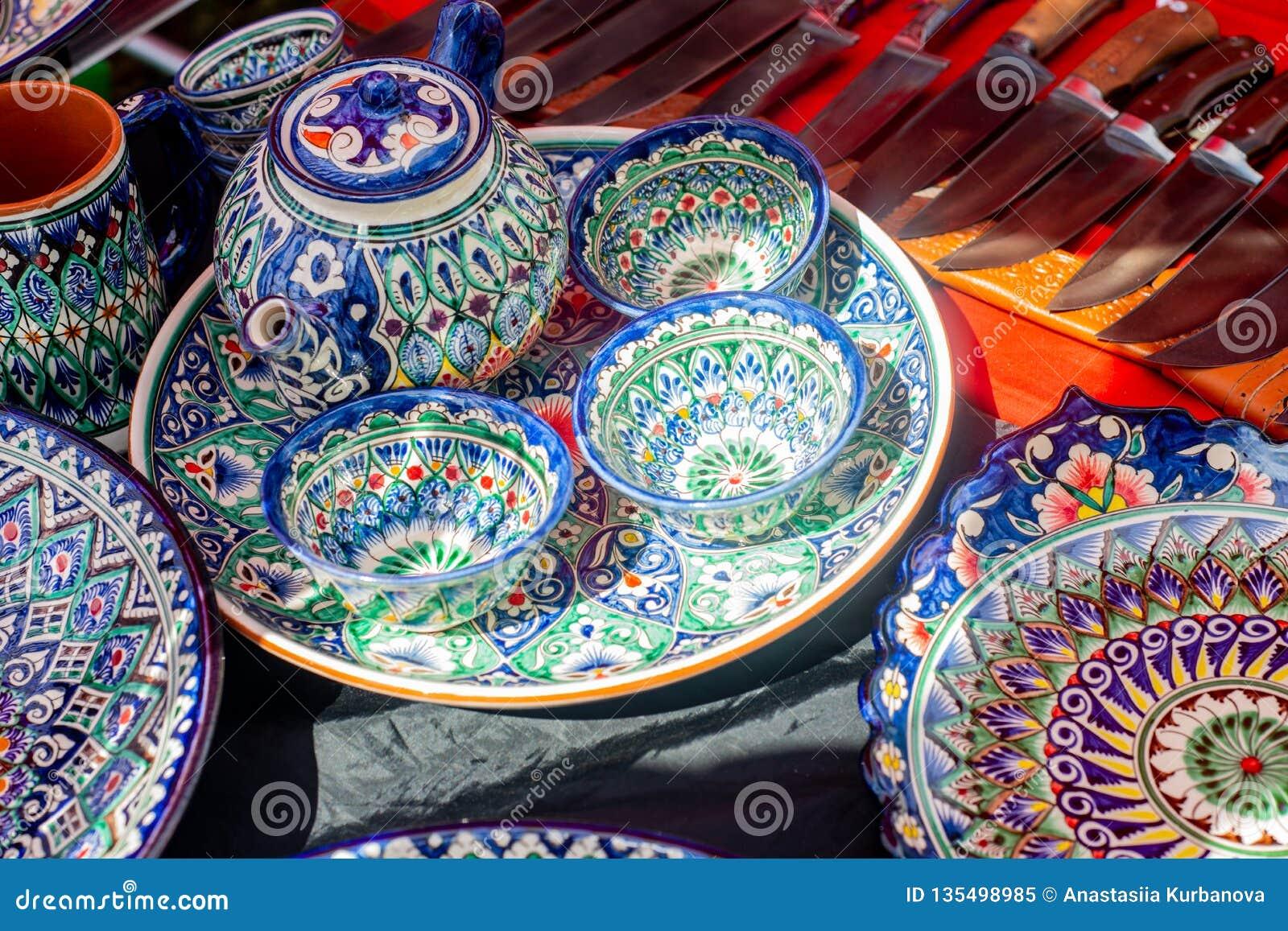 Tonwaren von bunten handgemalten keramischen Schüsseln und von Platten