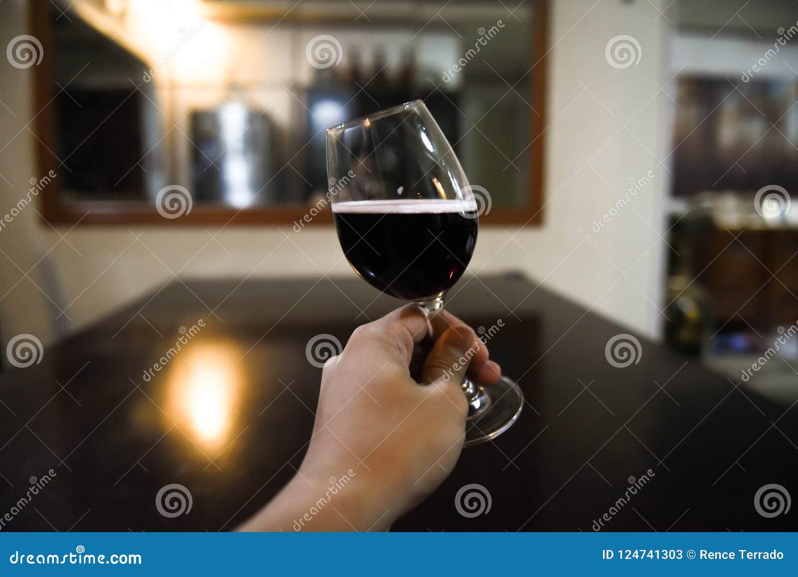 Toost die wijnglas met rode wijn gebruiken