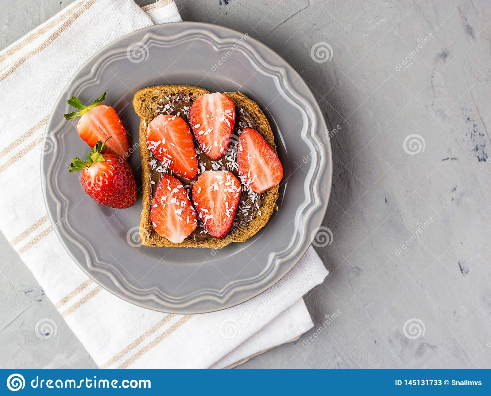 Toost met chocolade en aardbei, Enige sandwich met chocoladekaas op witte plaat, hoogste mening
