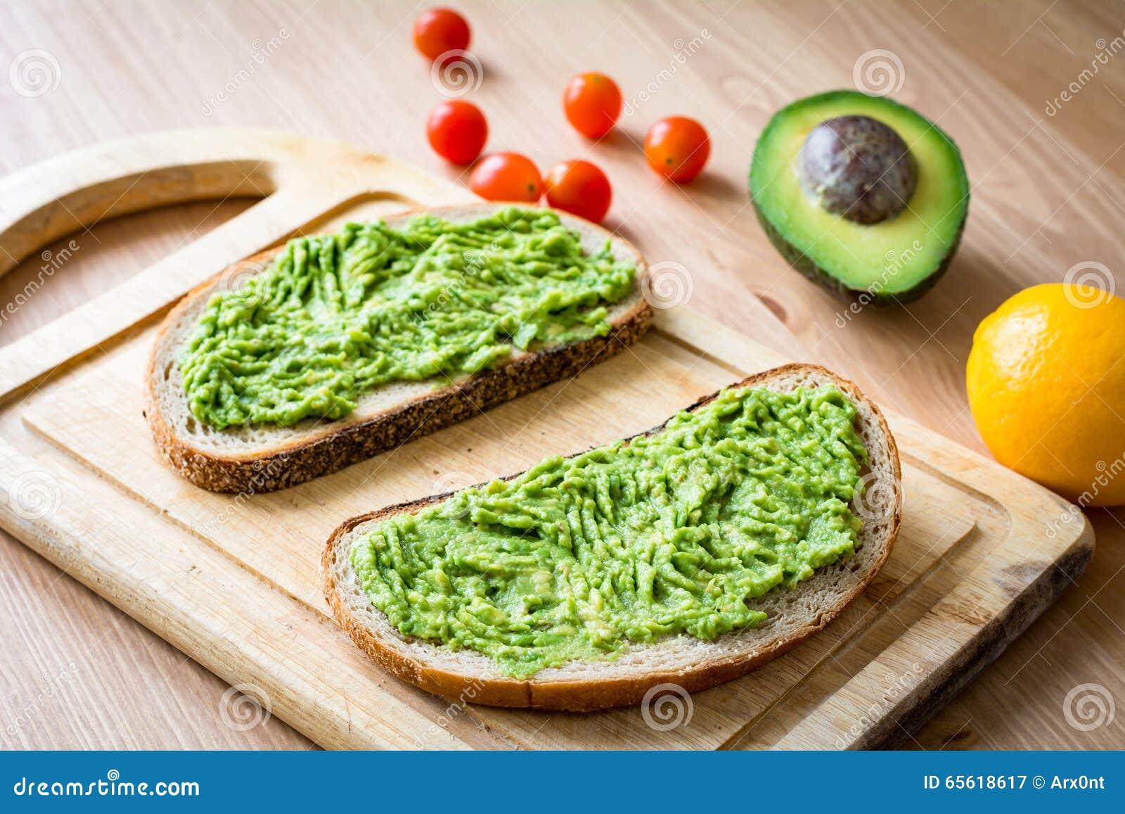 Toost Met Fijngestampte Avocado Op Houten Scherpe Raad Stock