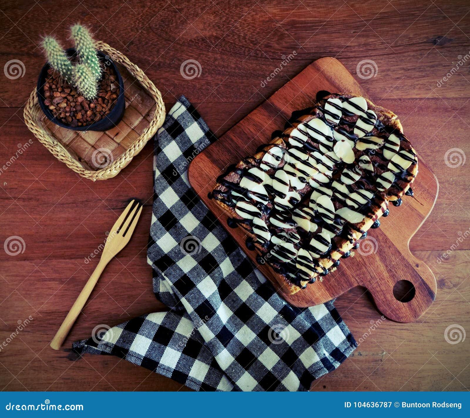 Download Toost Met Gesneden Bananen, Noten, Chocolade En Karamel Wordt Bedekt Die Stock Afbeelding - Afbeelding bestaande uit kleur, smakelijk: 104636787