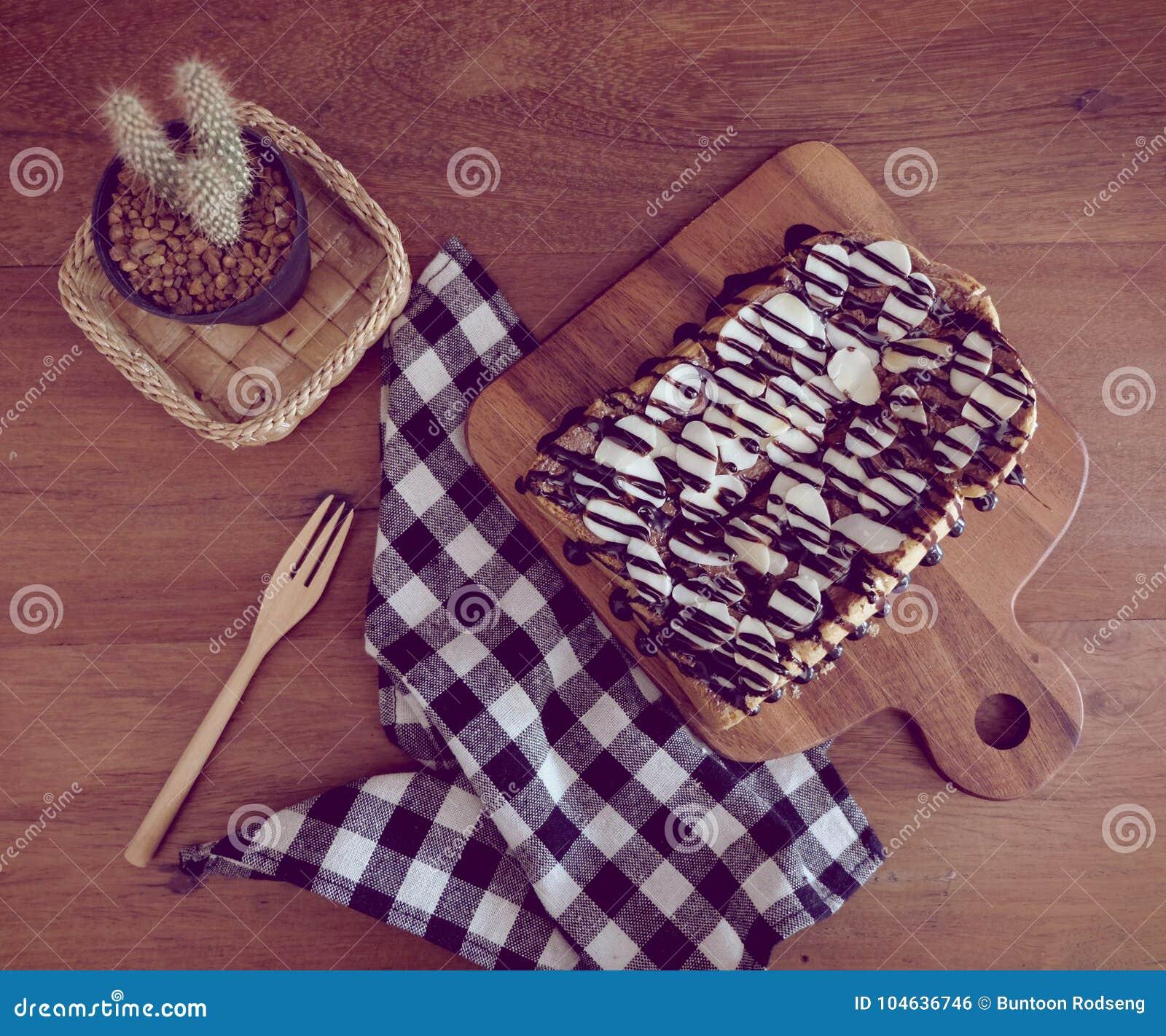Download Toost Met Gesneden Bananen, Noten, Chocolade En Karamel Wordt Bedekt Die Sy Stock Foto - Afbeelding bestaande uit idee, coco: 104636746