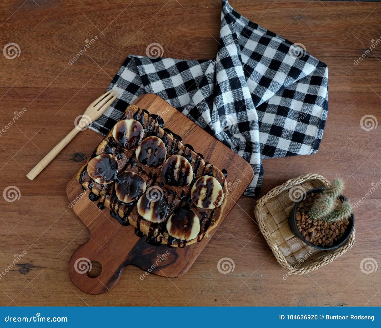 Download Toost Met Gesneden Bananen, Noten, Chocolade En Karamel Wordt Bedekt Die Sy Stock Foto - Afbeelding bestaande uit ontbijt, versierd: 104636920