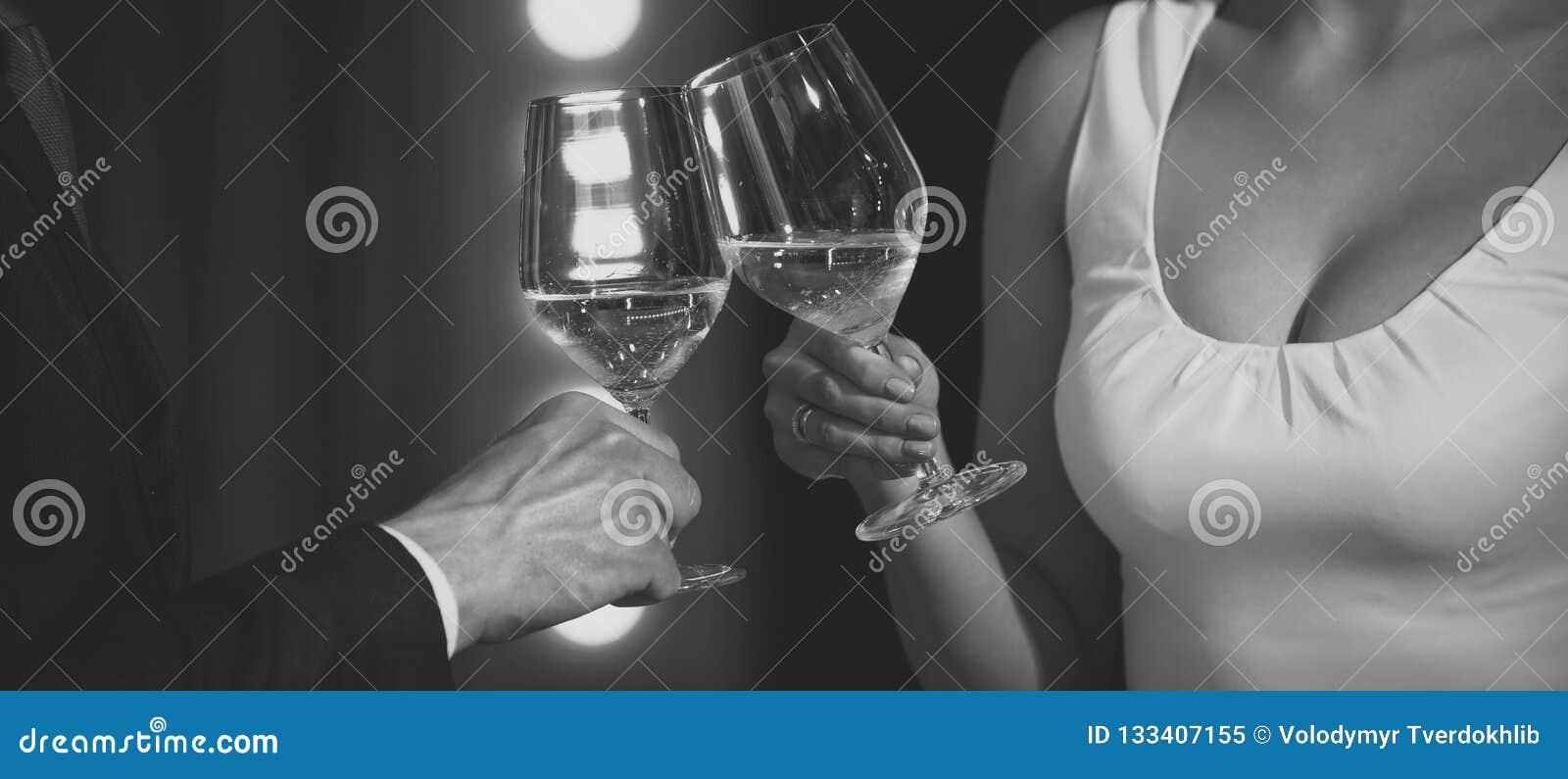 Toost van de glazen van het paargerinkel met witte wijn
