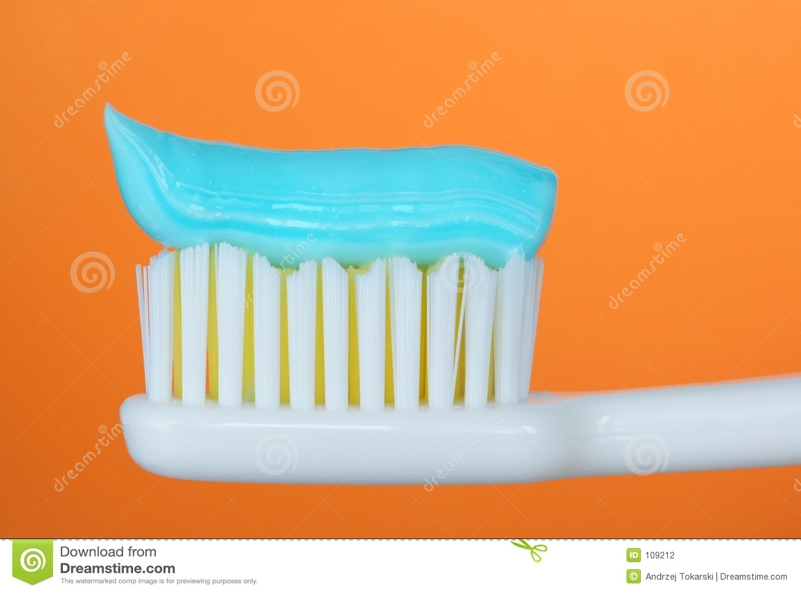 Toothbrush com dentífrico