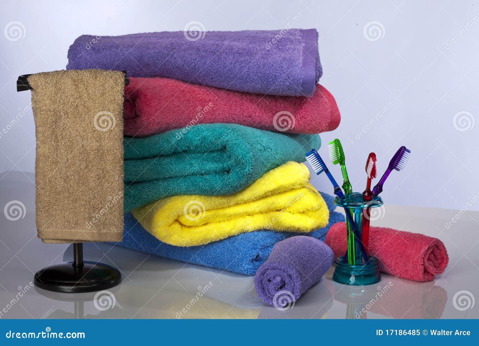 Toothbrush e toalhas de banho