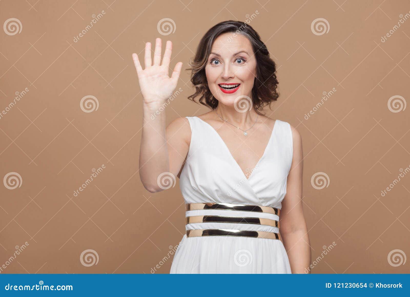 Toothy glimlach van de gelukvrouw en het tonen hallo, hello teken