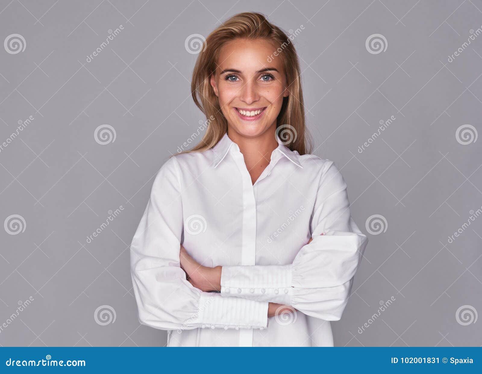 Toothy uśmiechnięta młoda ładna kobieta