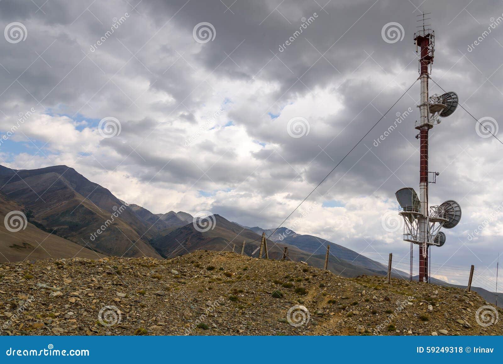 Top de las montañas de la torre de las telecomunicaciones