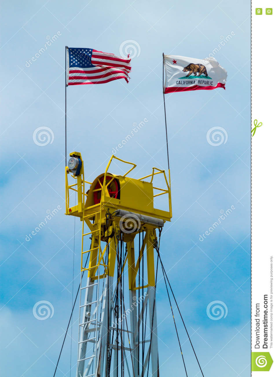 Top del aceite Rig Displaying los E.E.U.U. y de la bandera del estado de California