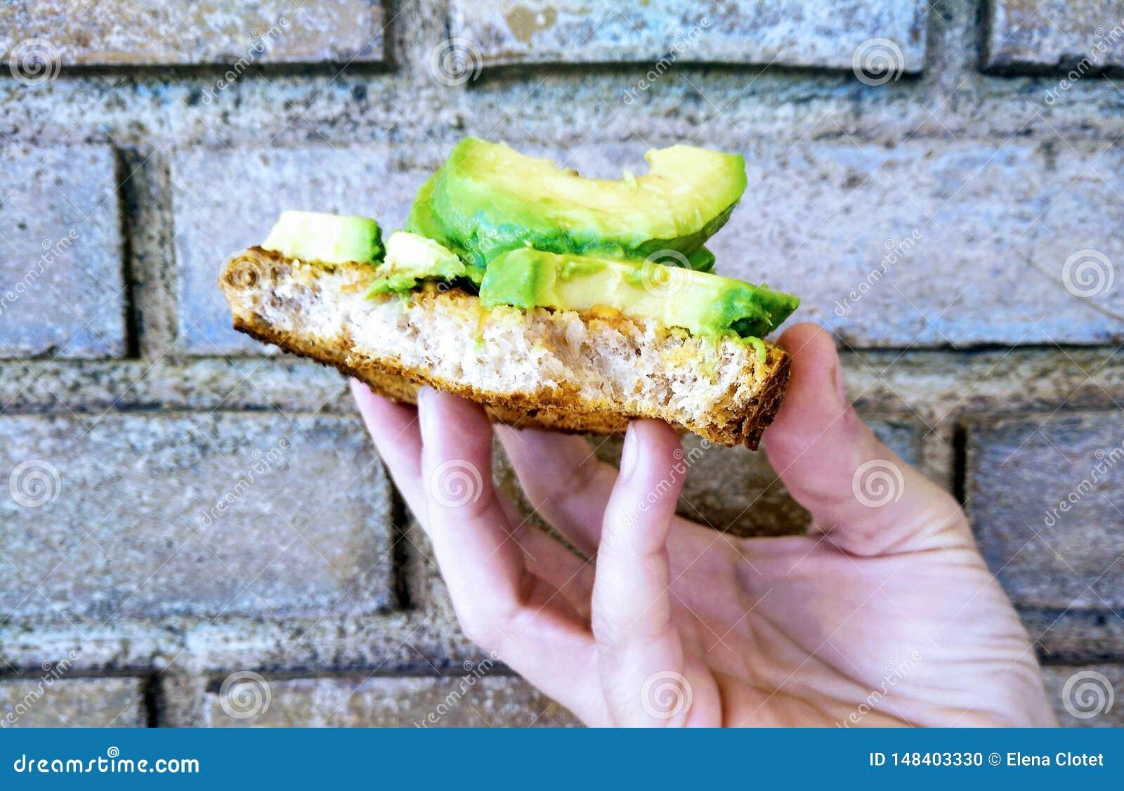 Top-level avocadotoost op Baksteenbodem