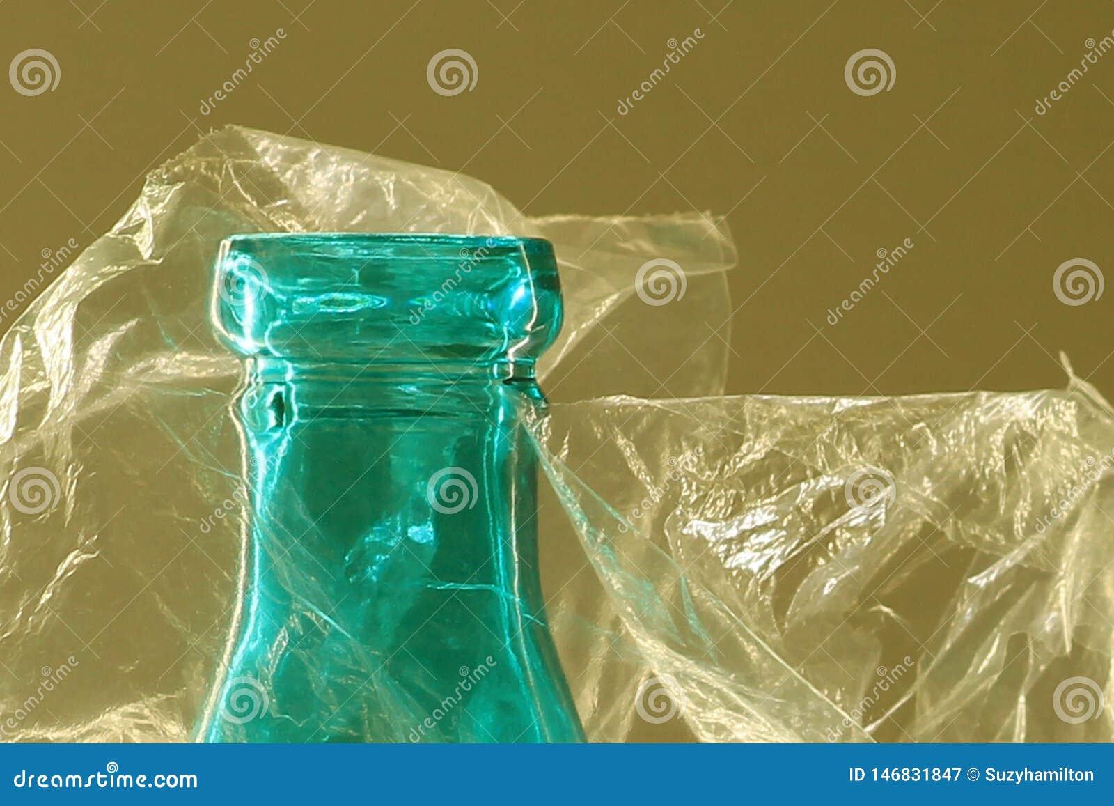 Top macro de la botella de cristal en bolso de plástico transparente