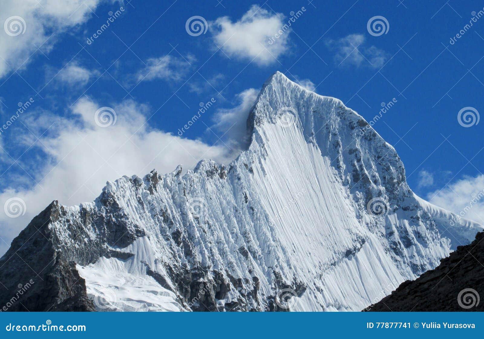 Top Nevado Hermoso De La Alta Montaña En Huascaran, Perú Foto de archivo
