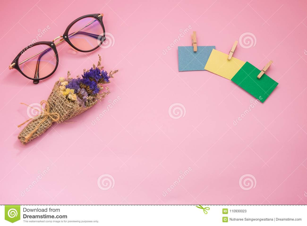 Top View Glassesbouquet Flower And Post It Note Putting Isolated