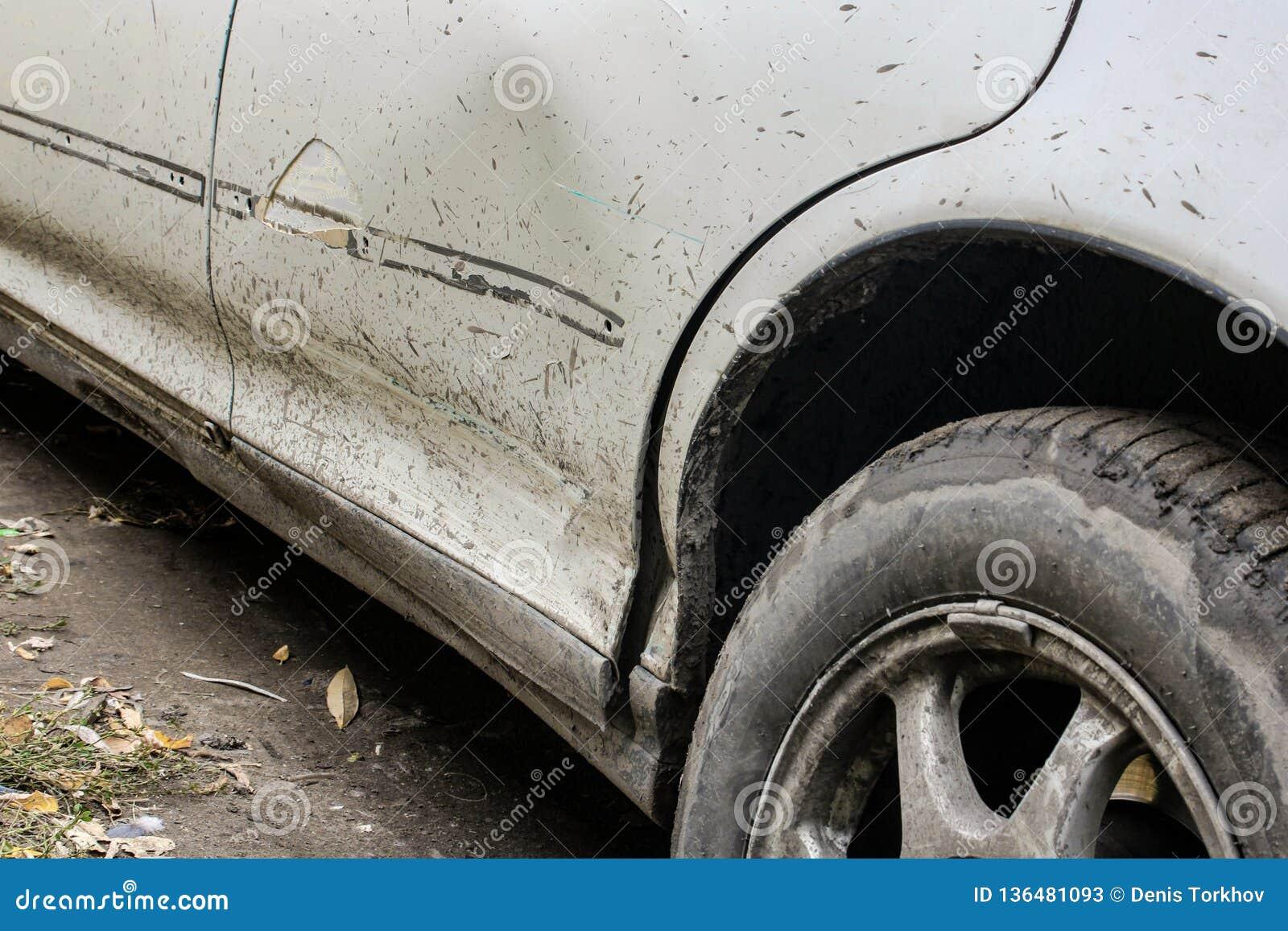 Tope sucio roto del coche cuando la primera nieve