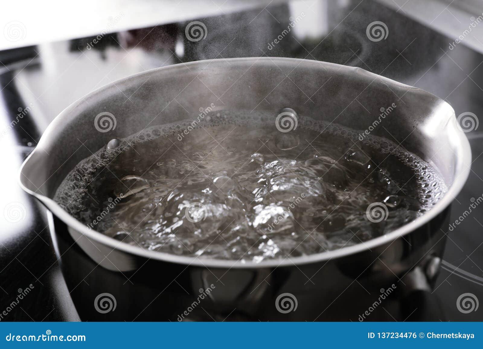 Topf mit kochendem Wasser auf Ofen