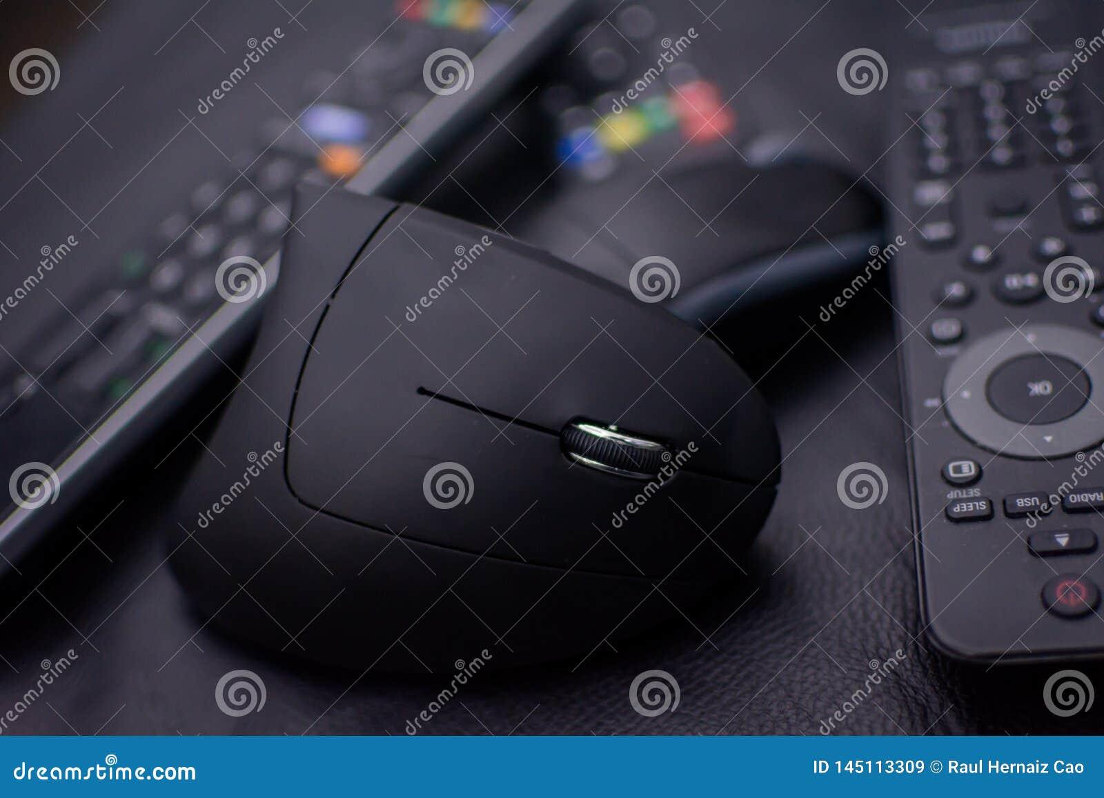 Topo di Opticicon senza cavi e telecomandi su un fondo nero e con una leggera sfuocatura Icona di obsolescenza programmata