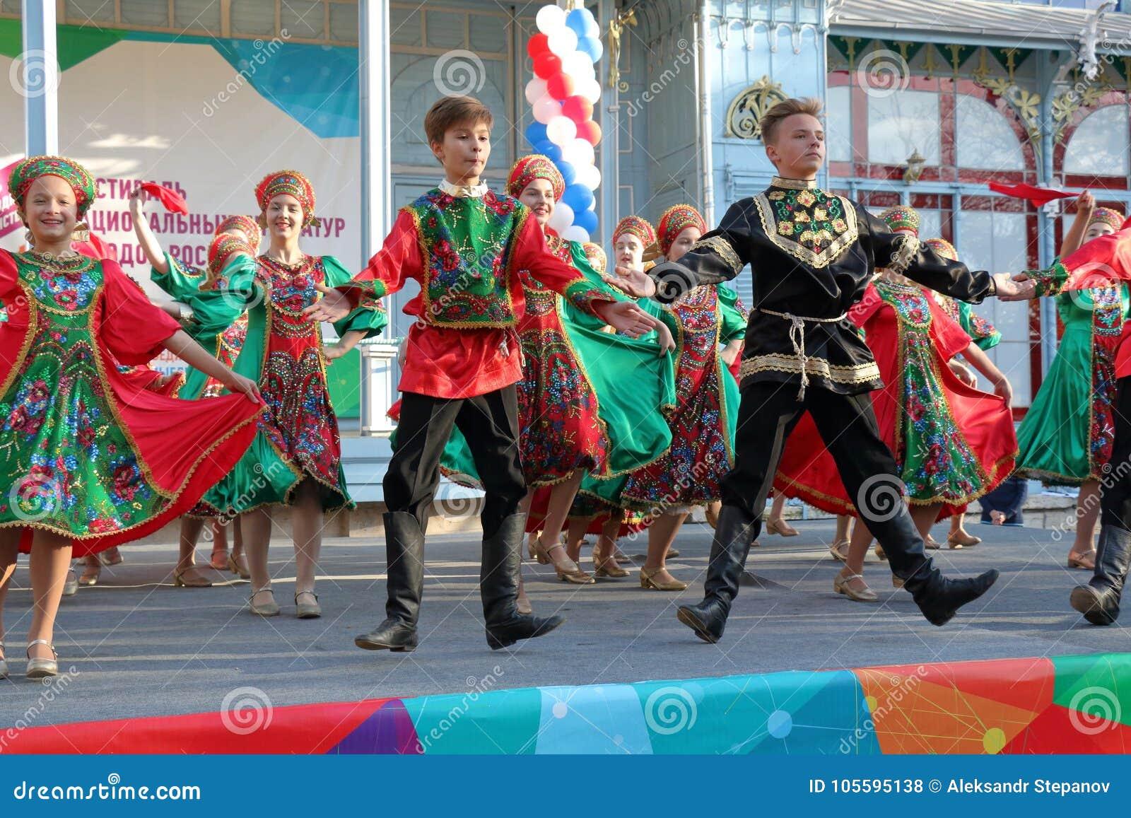 Topotukha folkdanshelhet i ryska traditionella kläder Pyatigorsk Ryssland