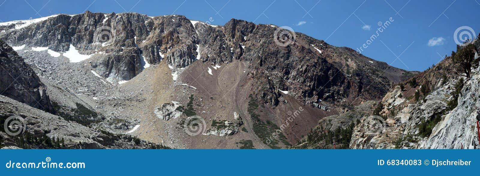 Toppig bergskedja Nevada Mountains utanför den Yosemite nationalparken