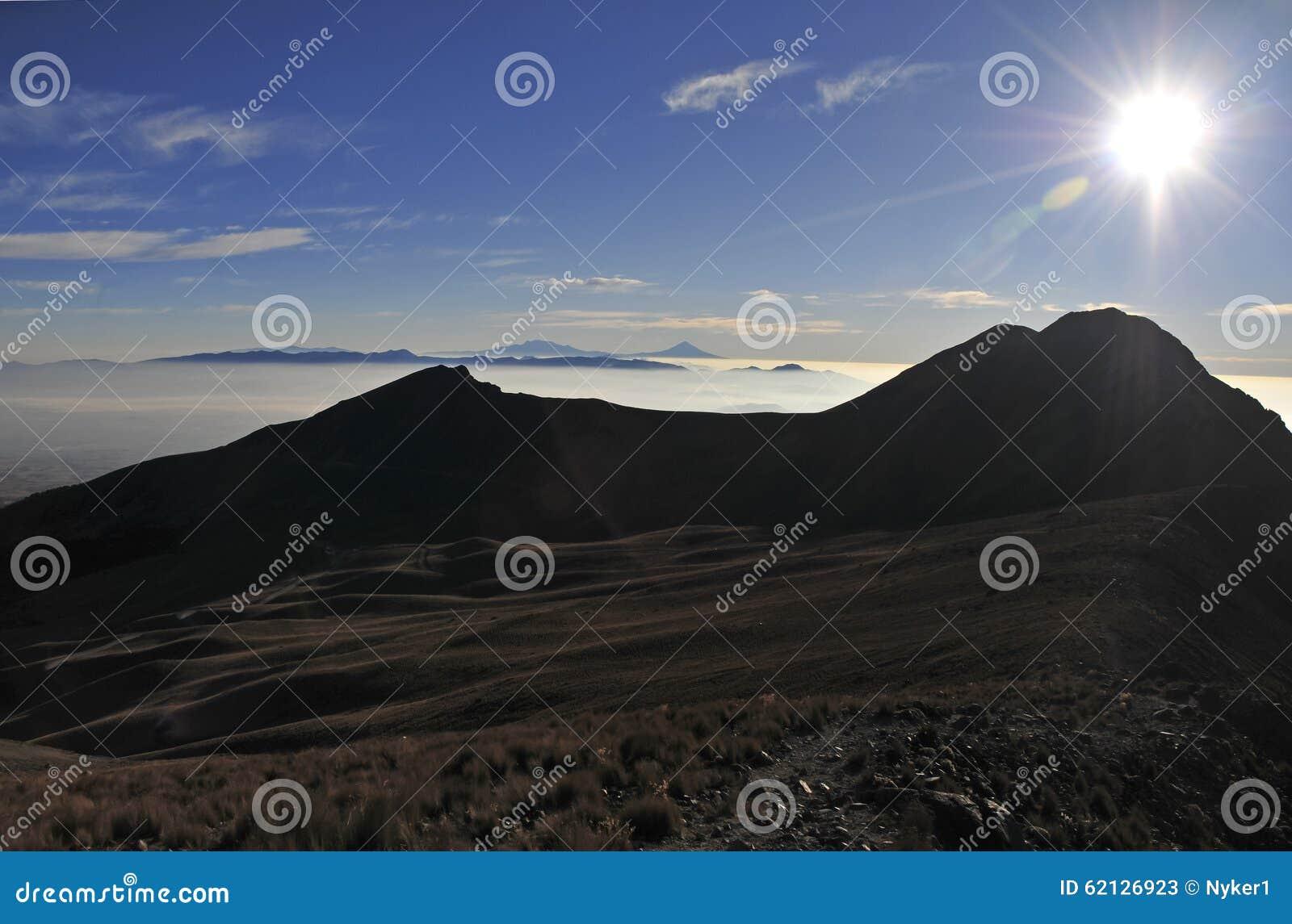 Toppmötesikt från Nevado de Toluca med låga moln i Trans.-mexikan det vulkaniska bältet, Mexico