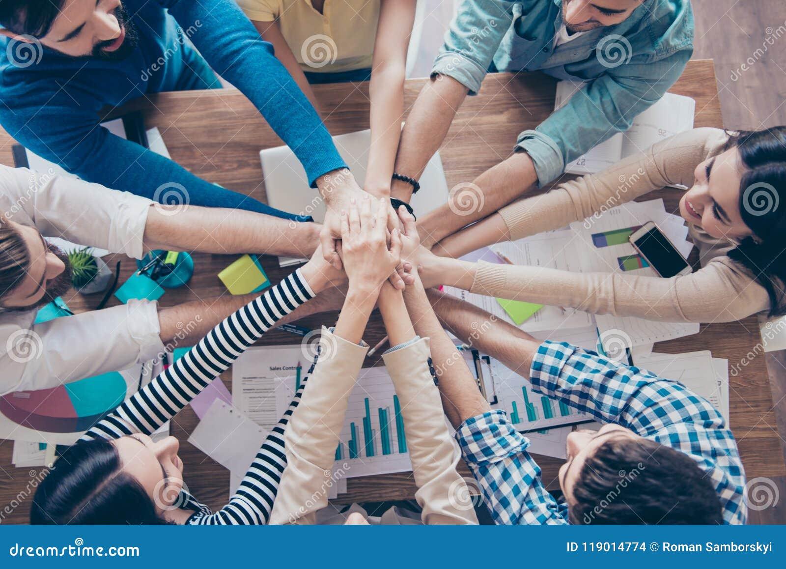 Topview cultivé des hommes d affaires mettant leurs mains sur