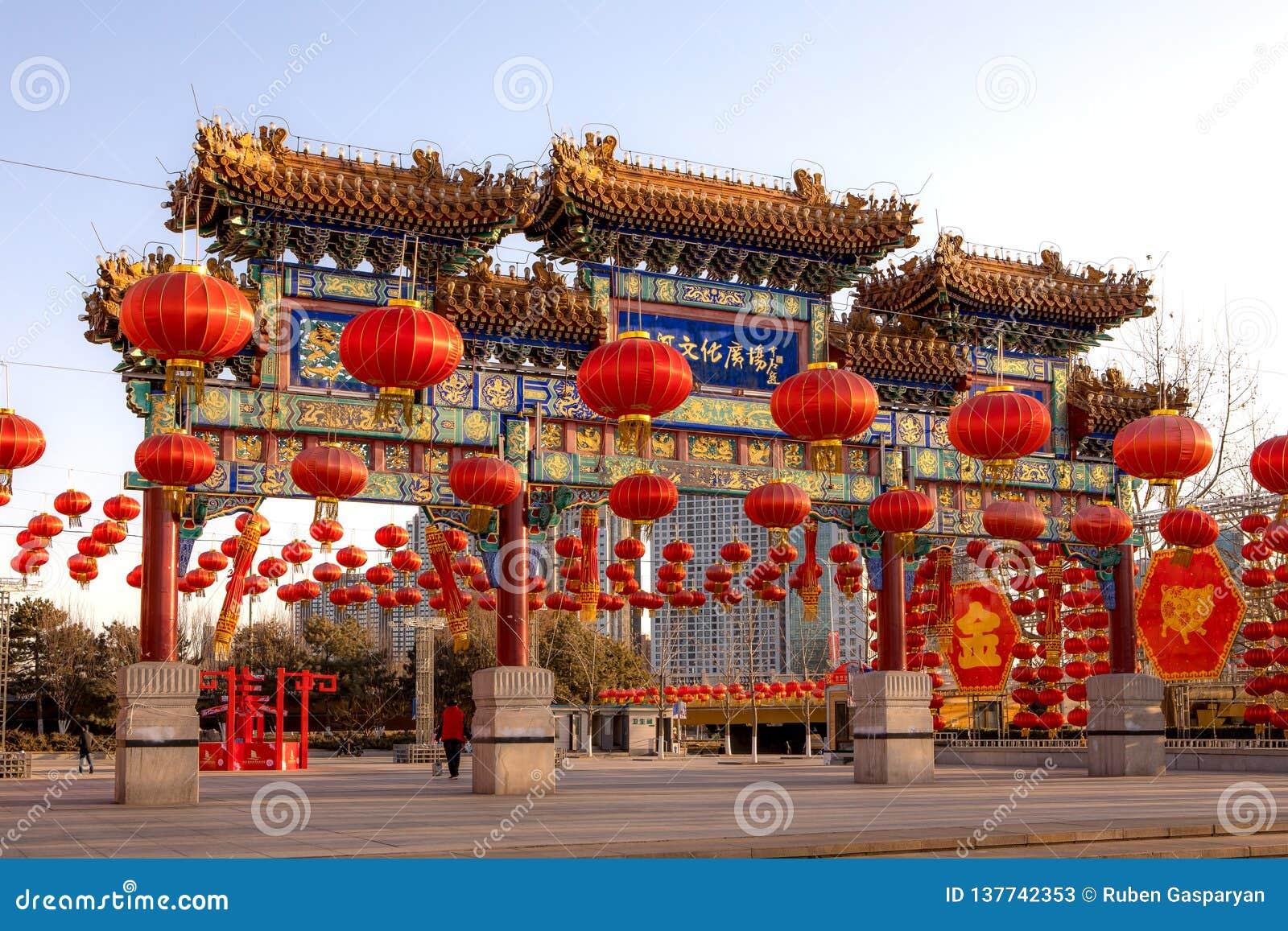Tor des chinesischen Pavillons mit roten Laternen