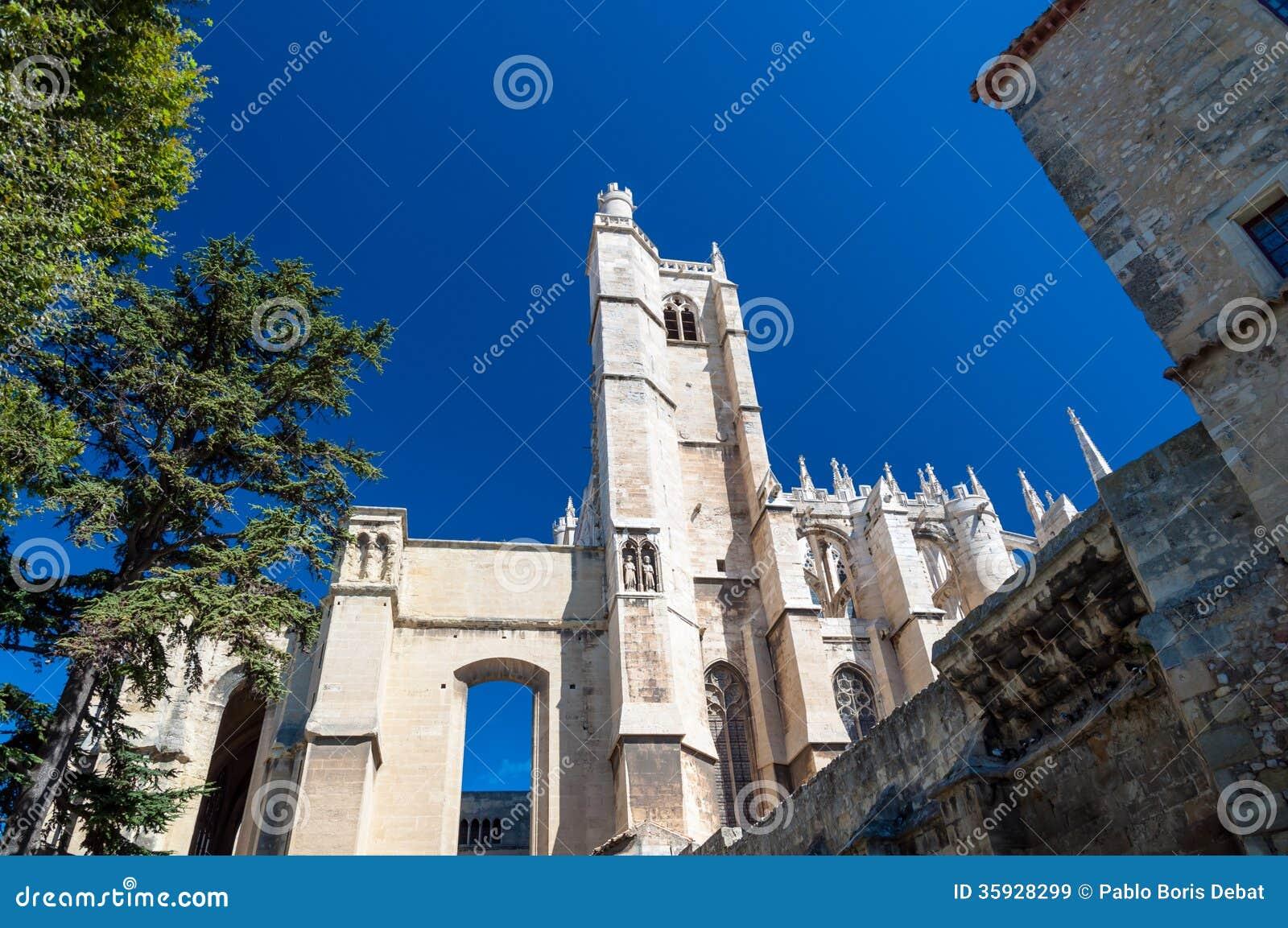 Toren en kant van de Kathedraal van Heilige enkel in Narbonne in Frankrijk
