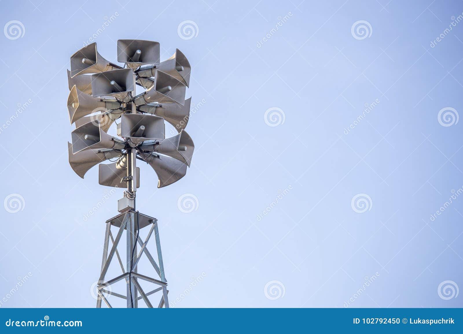 Toren met bos van luidsprekers voor mededeling en announcin