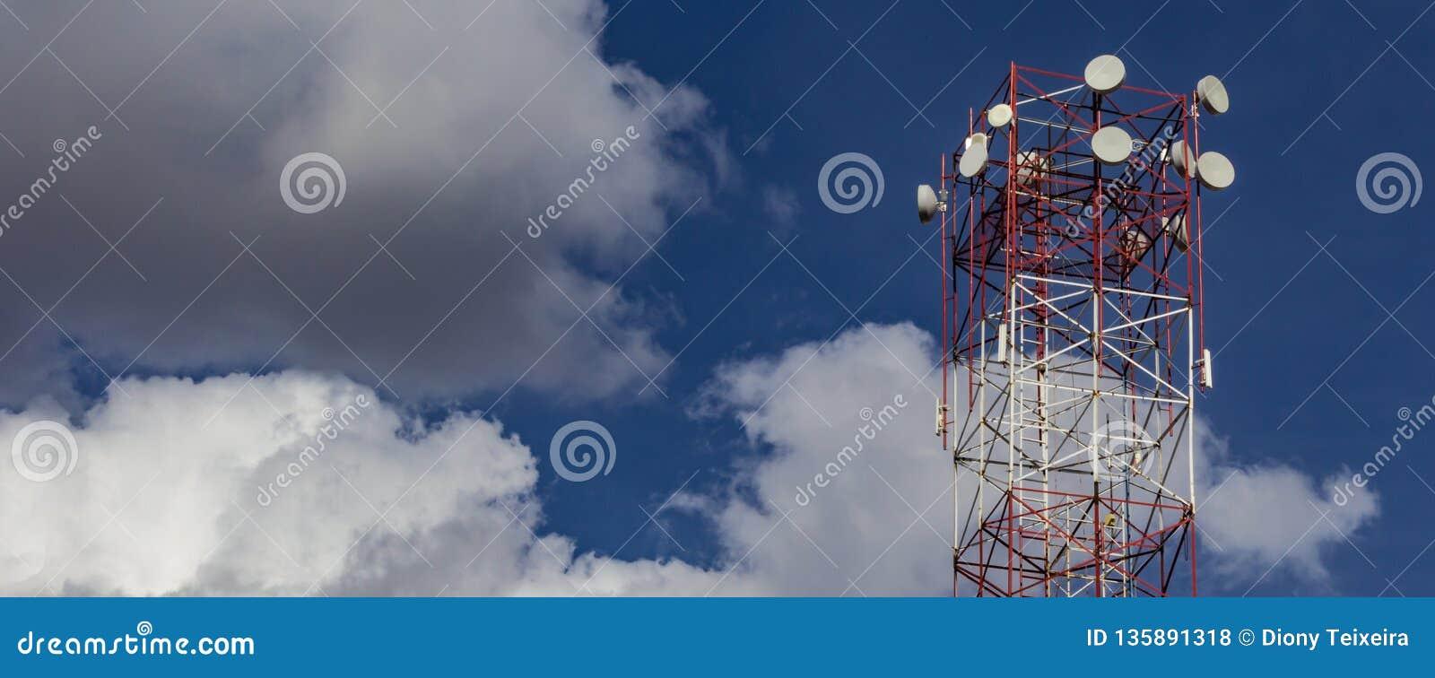 Toren van draadloos Internet Blauwe hemel met wolken op de achtergrond met exemplaarruimte voor het toevoegen van tekst