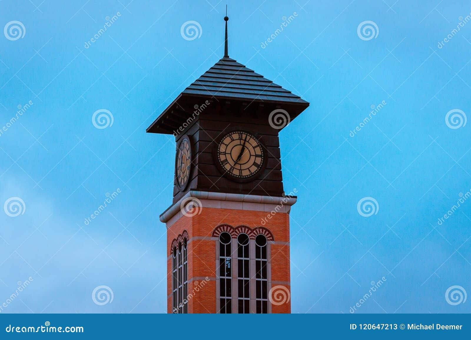 Toren weg van een academisch gebouw op Grote de Universiteitscampus van de Valleistaat in Grand Rapids Michigan