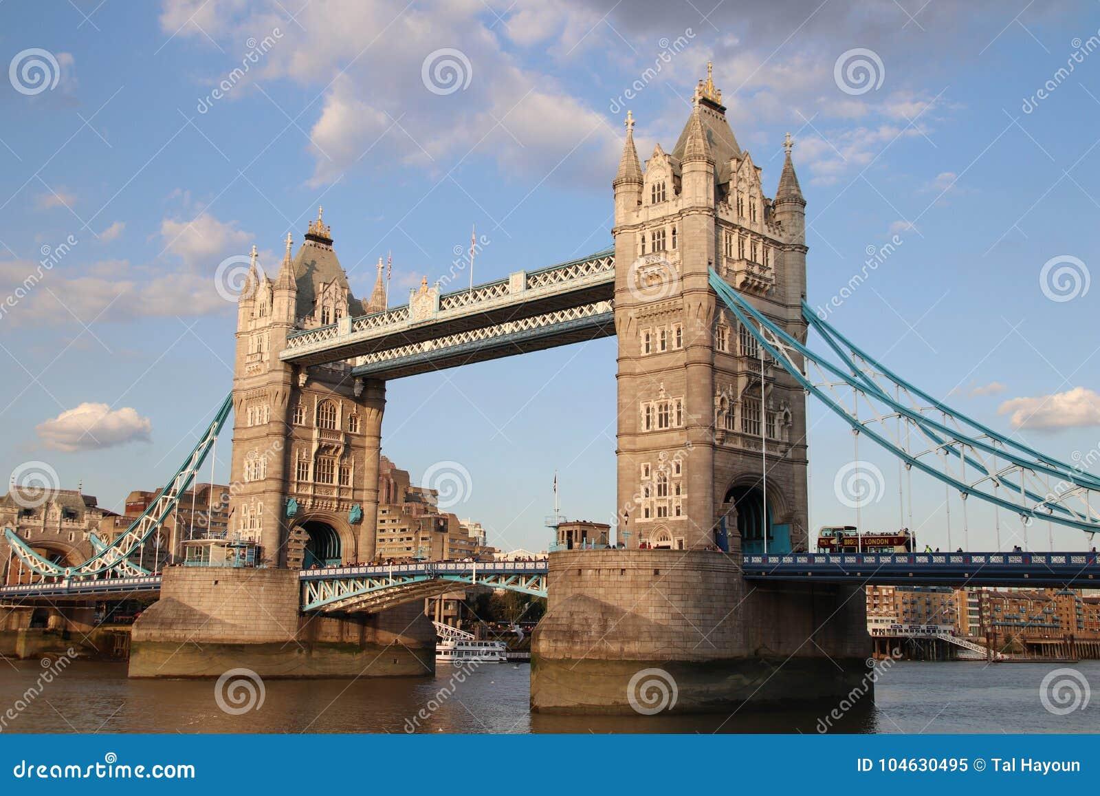 Download Torenbrug En Rivier Theems, Londen, Het UK Redactionele Afbeelding - Afbeelding bestaande uit kruisen, vakantie: 104630495
