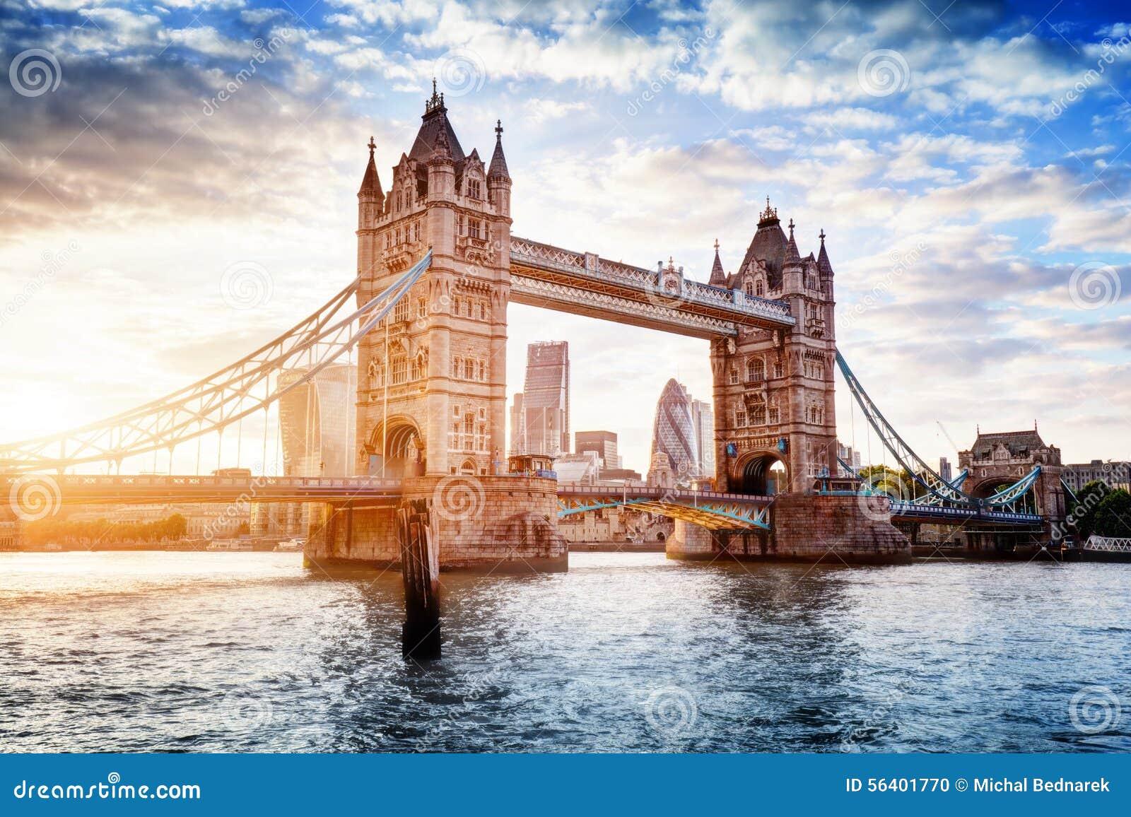 Torenbrug in Londen, het UK bij zonsondergang Ophaalbrug het openen