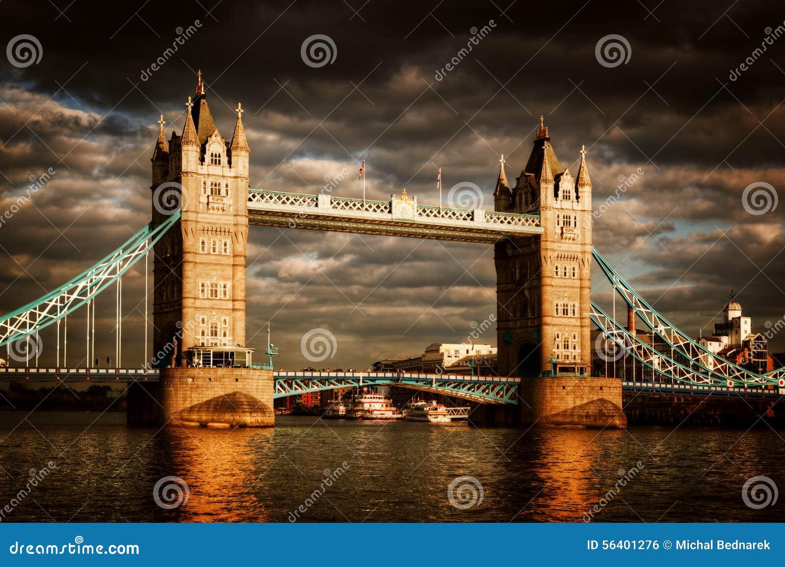 Torenbrug in Londen, het UK Dramatische stormachtige en regenachtige wolken