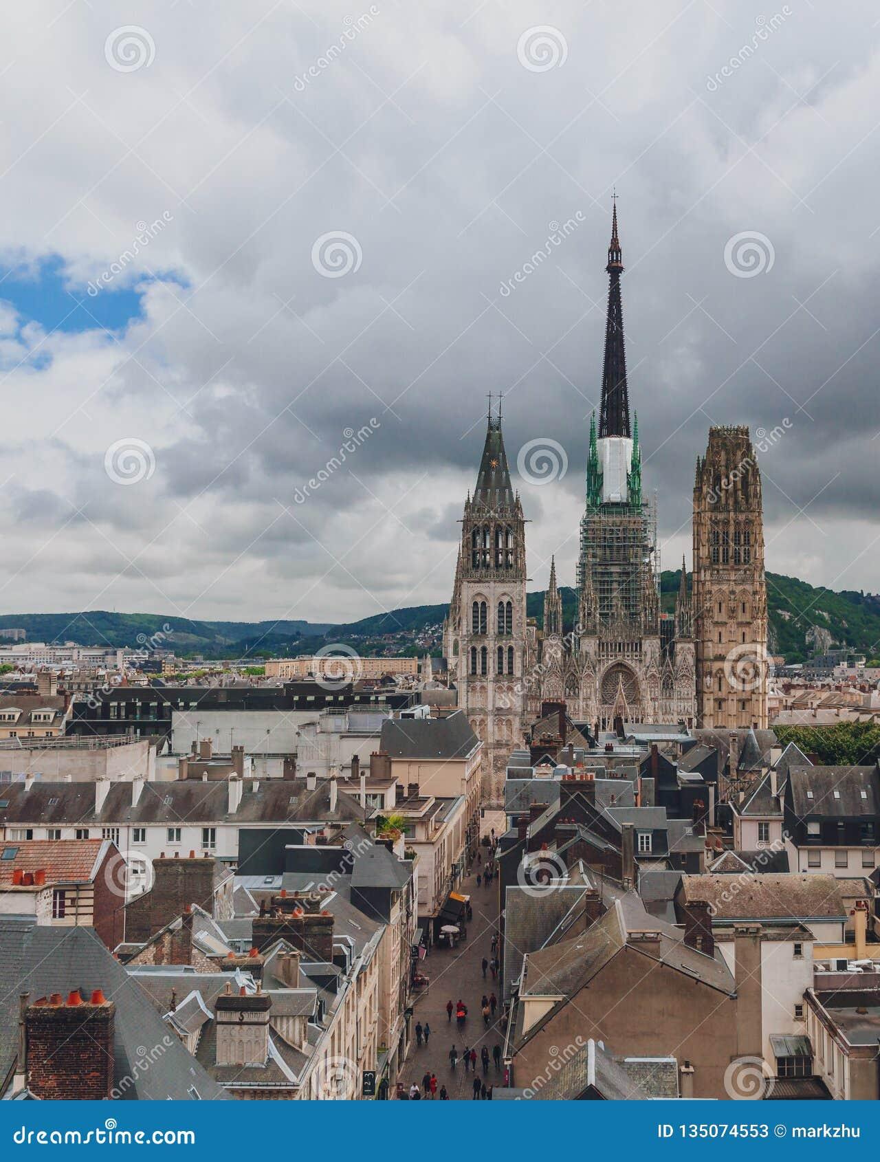 Torens en voorfaã§ade van de Kathedraal van Rouen over middeleeuwse straat en gebouwen van het stadscentrum van Rouen, Frankrijk