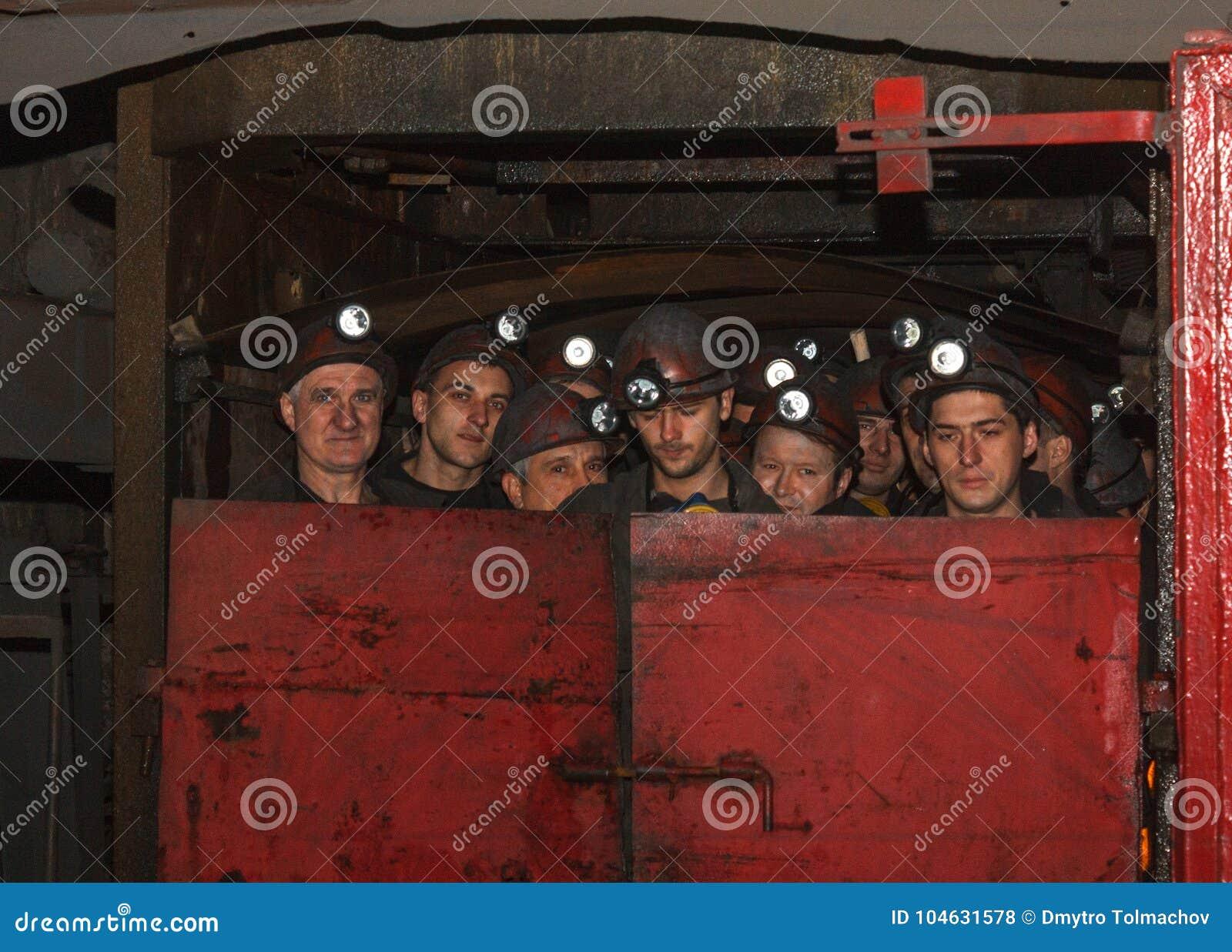 Download Torez, De Oekraïne - November 25, 2013: De Vooruitgangs` Daling Van Mijnwerkersmijnen ` In Ondergronds Redactionele Stock Foto - Afbeelding bestaande uit vuil, mijn: 104631578
