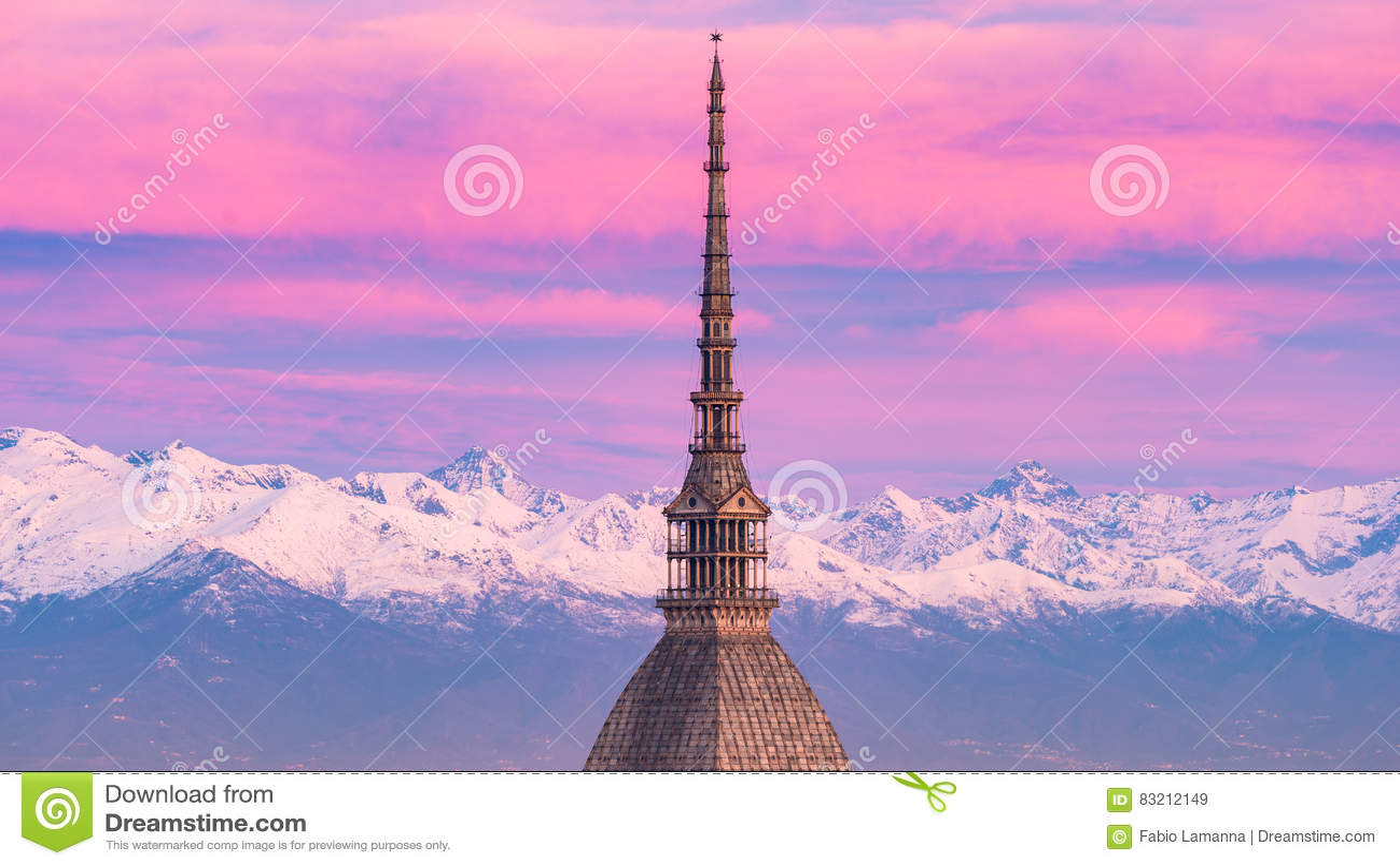 Torino Turin, Itália: arquitetura da cidade no nascer do sol com detalhes da toupeira Antonelliana que eleva-se sobre a cidade Lu